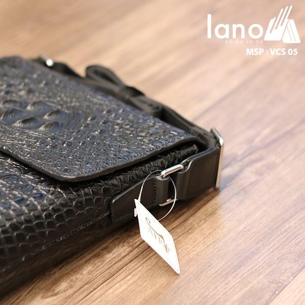 Túi Đeo Chéo Nam Da Bò Vân Cá Sấu VCS05 đen cạnh túi