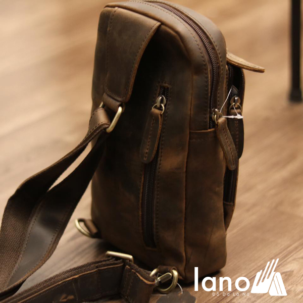 Túi đeo chéo lưng, ngực cho nam da bò sáp Lano TDL30 nghiêng - mặt sau