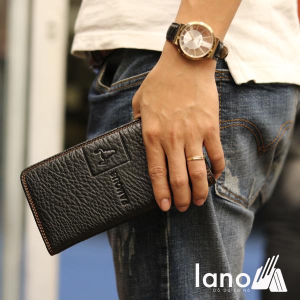 Ví cầm tay nam 2 gấp logo đầu trâu mới lạ VCTN018 đen trên tay