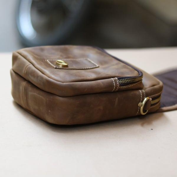 Túi đeo chéo nam kiểu dáng mini da bò sáp KT72 mặt cạnh
