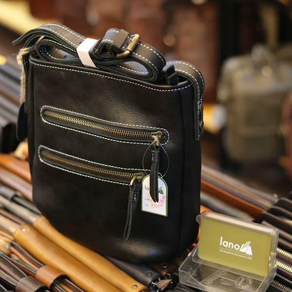 Túi da nam đeo chéo Lano thời trang đọc lạ KT120 màu đen góc nghiêng