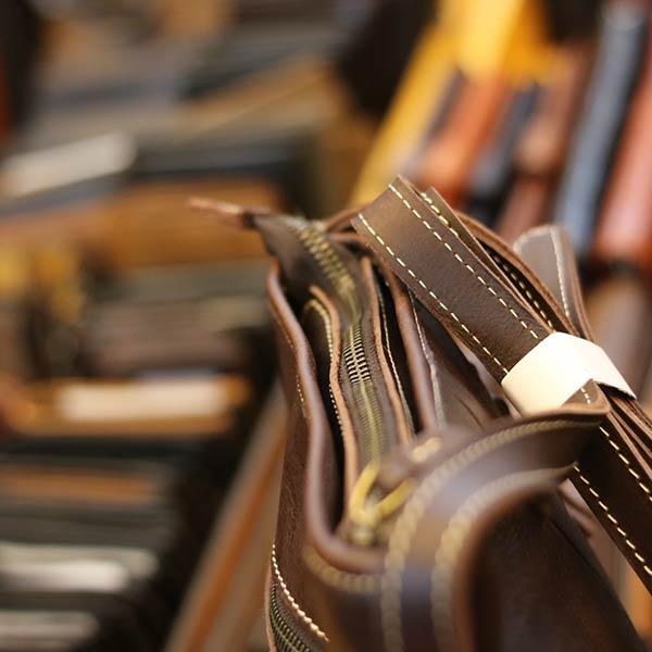 Túi da nam đeo chéo Lano thời trang đọc lạ KT120 góc nghiêng kéo khóa