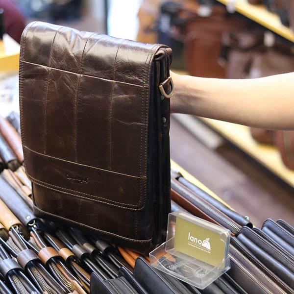 Túi đeo chéo nam đựng iPad da bò 2 ngăn đựng KT126 góc nghiêng