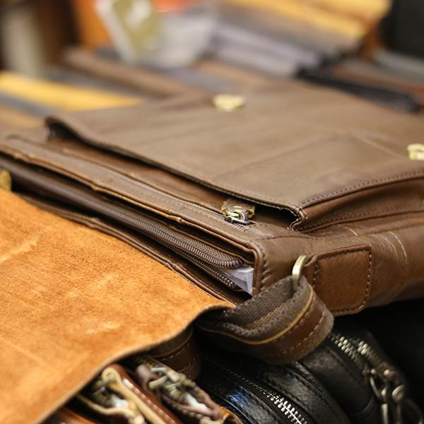Túi da đeo chéo đựng iPad Lano da bò thật nắp đậy KT136 bên trong